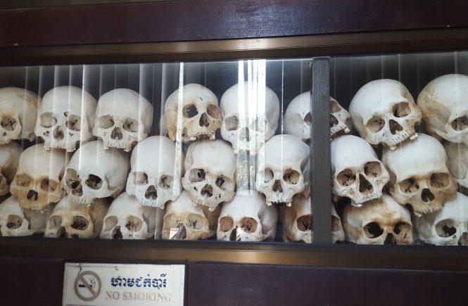 """Totenschädel aus den kambodschanischen """"Killing Fields"""" - heute eine Gedenkstätte"""