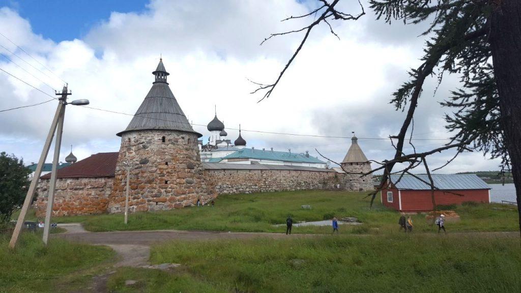 Hinter den dicken Festungsmauern aus dem 16. Jahrhundert befindet sich das Solowezki-Kloster
