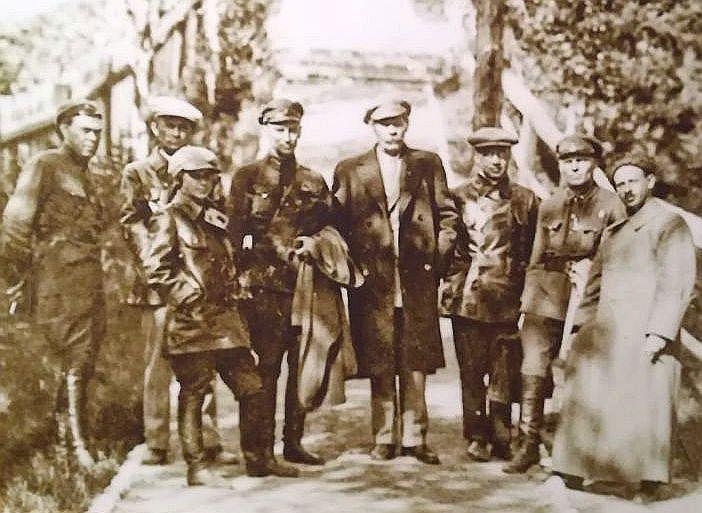 Der Schriftsteller Maxim Gorki zusammen mit Geheimdienstoffizieren und Familienangehörigen im Juni 1929 auf der Gulag-Insel Solowki