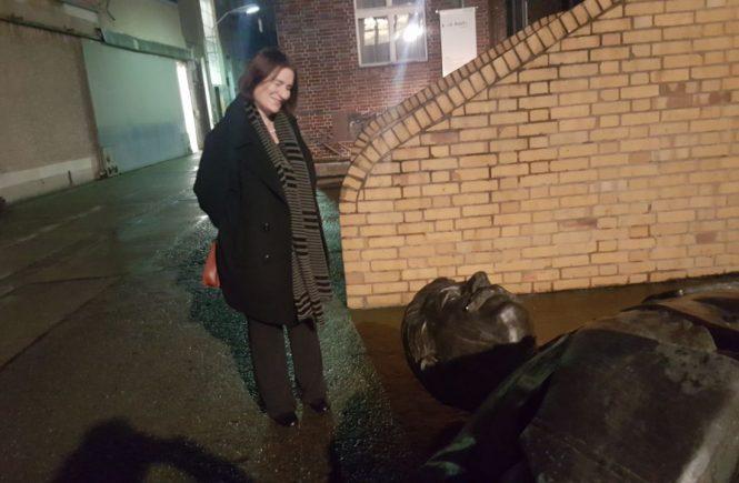 Aufklärerin und Massenmörder - die russische Historikerin Irina Scherbakowa neben einer liegenden Stalin-Statue