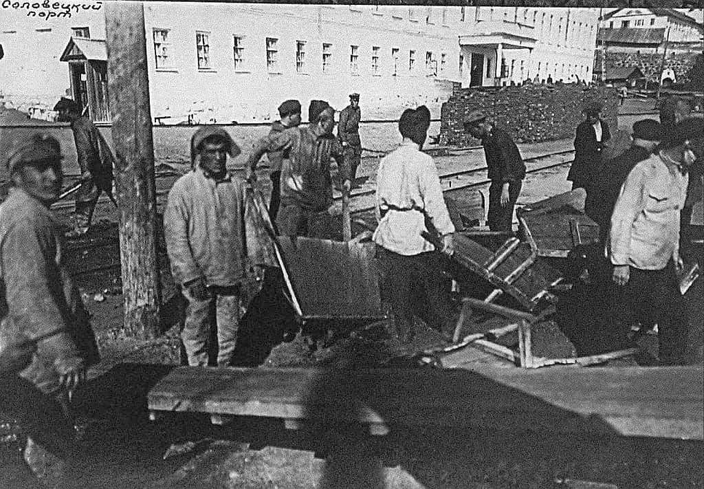 In der Nähe des Hafens arbeiten Gefangene auf der Gulag-Insel Solowki