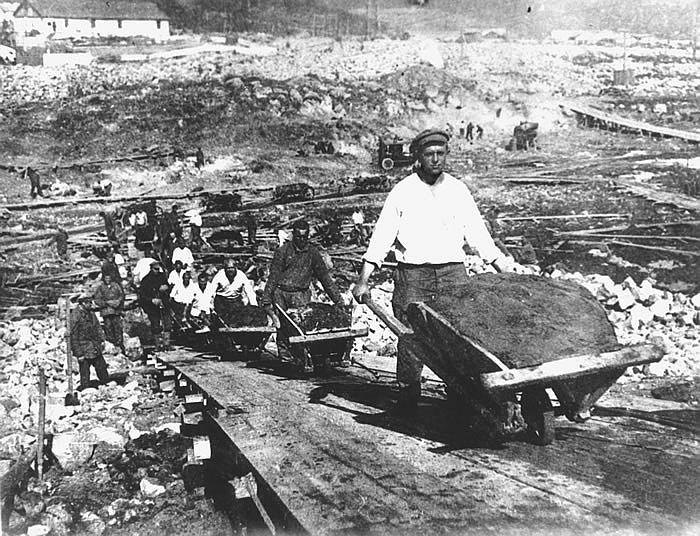 Das Bild zeigt Gefangene, die den Weissmeerkanal (Stalinkanal) bauen.