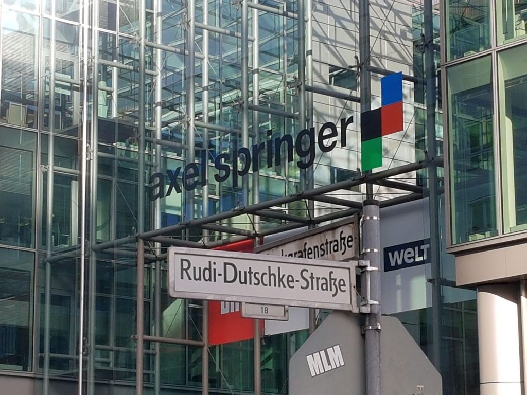 Held und Anti-Held: Rudi-Dutschke-Straße am Axel Springer Verlag in Berlin-Kreuzberg