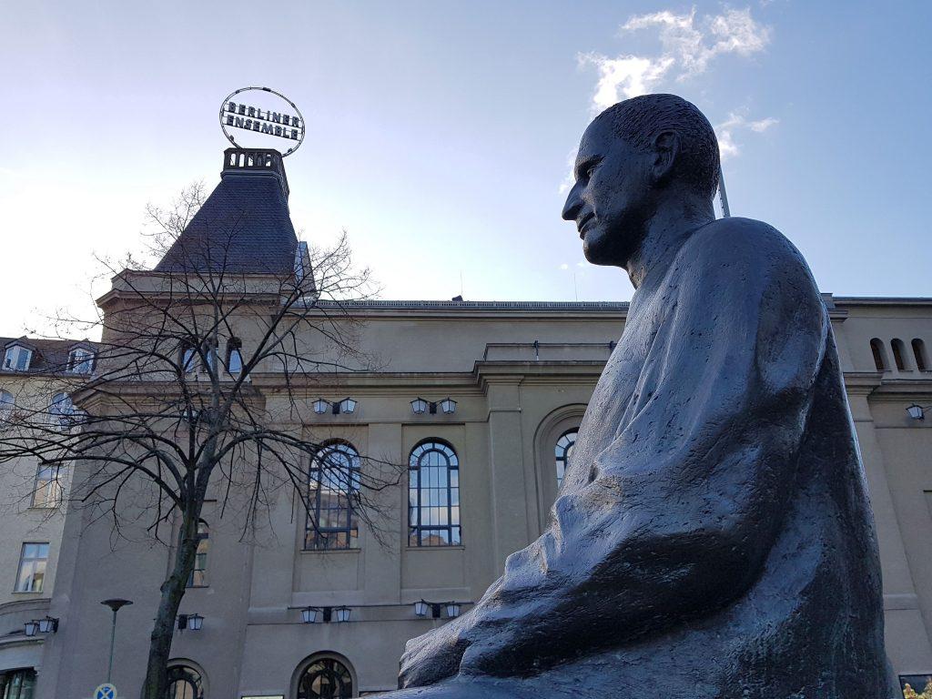 Ergebenheitsadresse an Ulbricht - Brecht-Denkmal vor dem Berliner Ensemble