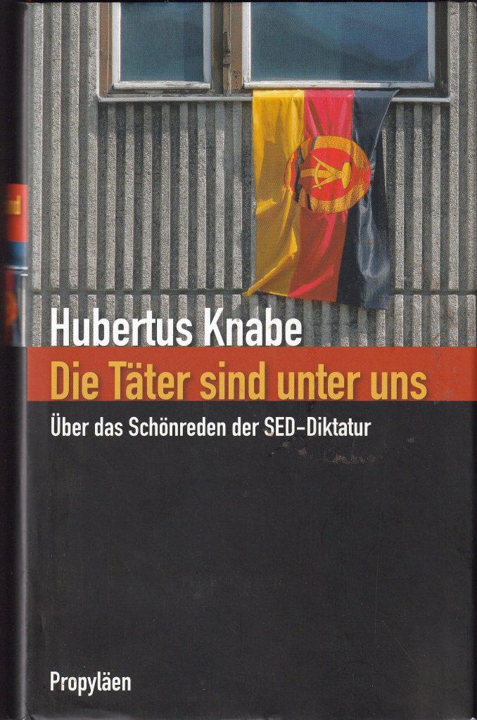 Hubertus Knabe untersucht in dem Buch, wie Deutschland nach dem Ende der DDR mit der SED-Diktatur umging. Statt die Opfer zu entschädigen und die Täter zu bestrafen, wird die DDR im Nachhinein zunehmend weichgezeichnet.