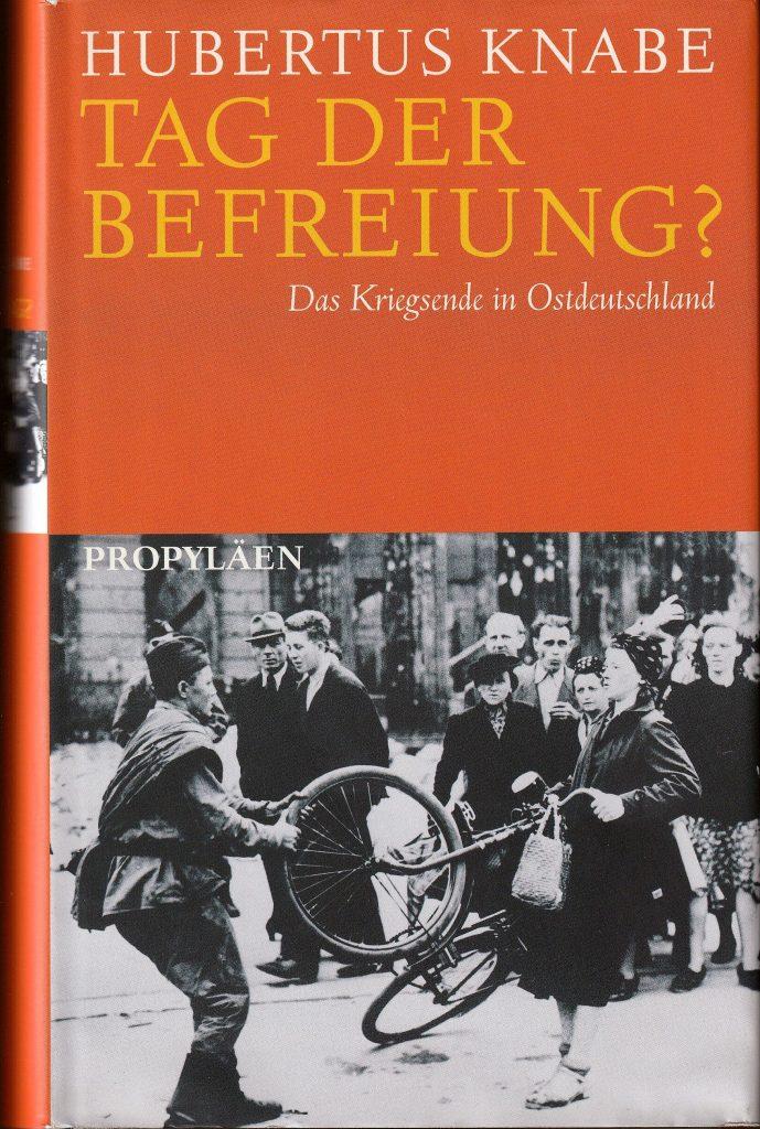 """In dem Buch schildert Hubertus Knabe das """"andere"""" Kriegsende in Ostdeutschland: die Massenvergewaltigungen und Erschießungen beim Einmarsch der Roten Armee, die Massenverhaftungen durch die sowjetische Geheimpolizei und den Terror gegen Unschuldige beim Aufbau der SED-Diktatur."""