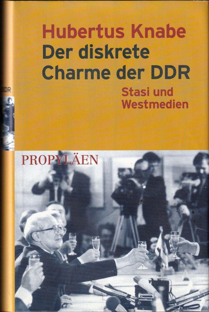 Hubertus Knabe rekonstruiert, wie es der Stasi gelang, in den Westmedien Fuß zu fassen. Er beschreibt das weitverzweigte Netz der Inoffiziellen Mitarbeiter, Einflussagenten und Kontaktpersonen und schildert, wie West-Journalisten von der DDR mit Belastungsmaterial über westdeutsche Politiker ausgestattet wurden.