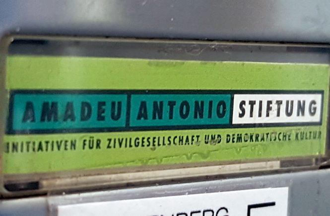 Klingelschild der Amadeu Antonio Stiftung in Berlin. Vorstandsvorsitzende Anetta Kahane arbeitete früher für den DDR-Staatssicherheitsdienst.