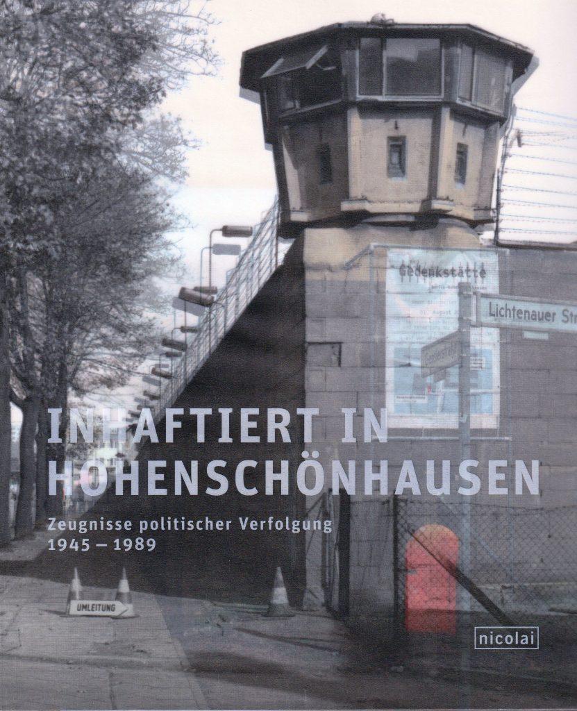 Im Berliner Stadtteil Hohenschönhausen wurden während der SED-Diktatur rund 40.000 Menschen inhaftiert. Der Katalog zur Dauerausstellung im ehemaligen Stasi-Gefängnis präsentiert unbekannte historische Fotos, seltene Objekte und eindringliche Häftlingsberichte.