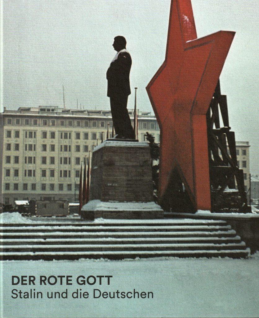 """Der Katalog zur Sonderausstellung """"Der rote Gott. Stalin und die Deutschen"""" im ehemaligen Stasi-Gefängnis Berlin-Hohenschönhausen zeigt auf eindrückliche Weise, wie in der DDR einem Diktator und Massenmörder gehuldigt wurde."""