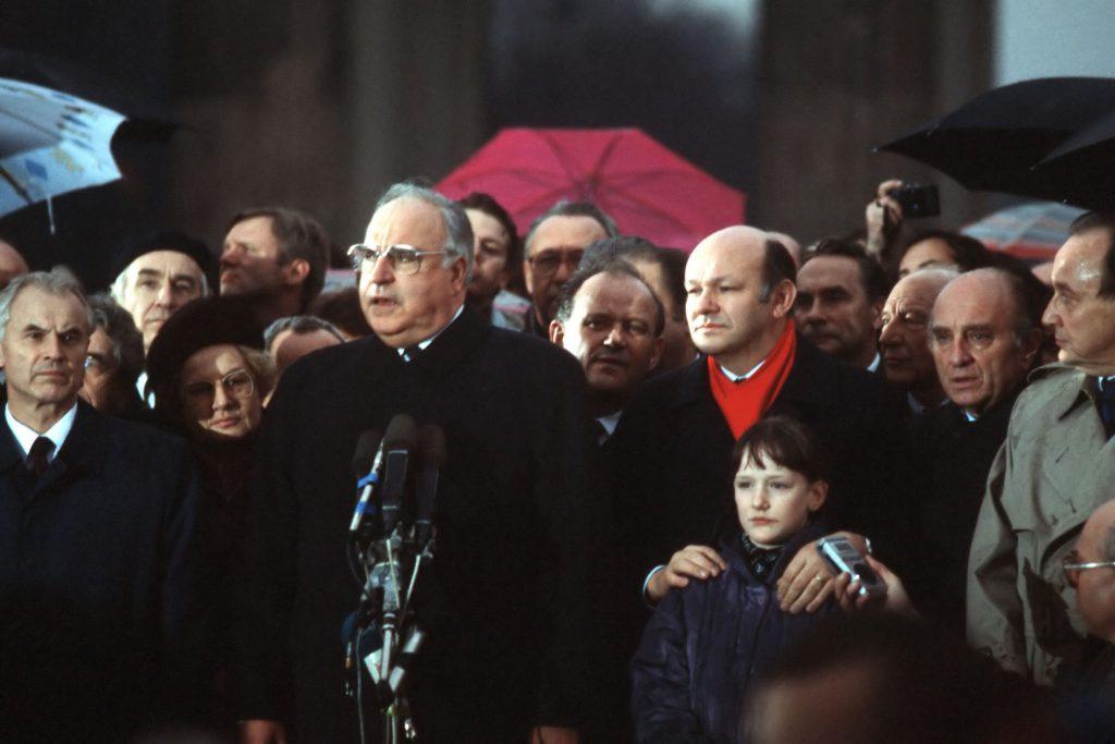 Ende einer Diktatur – Bundeskanzler Helmut Kohl, Walter Momper und Hans Modrow bei der Öffnung des Brandenburger Tores 1989