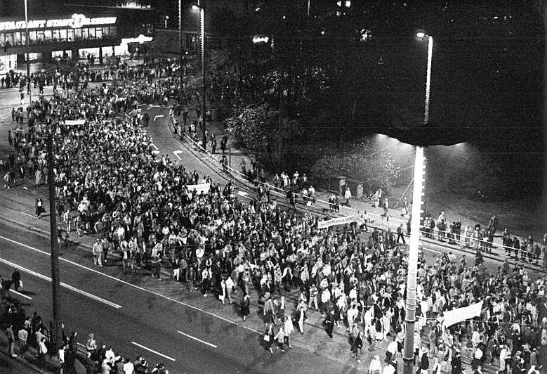 Originalbeschriftung: ADN-ZB Gahlbeck 23.10.89 Leipzig: Manifestation- Ihre Forderungen nach spürbaren Veränderungen der gesellschaftlichen Entwicklung in der DDR brachten in Leipzig über 100.000 Bürger auf einer Demonstration zum Ausdruck. Nach Friedensgebeten in sechs Gotteshäusern der Messestadt formierte sich der Zug an der Nikolaikirche.