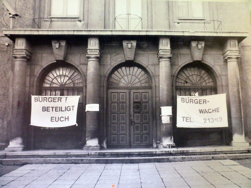 Am 4. Dezember 1989 drangen Demonstranten in Begleitung von Staatsanwälten und Journalisten in die Erfurter Bezirksverwaltung der Stasi ein und richteten dort Bürgerwachen ein. In den nächsten Tagen wurden auch in Leipzig, Rostock, Jena und weiteren Städten die Stasi-Dienststellen besetzt, um die Aktenvernichtung zu stoppen.