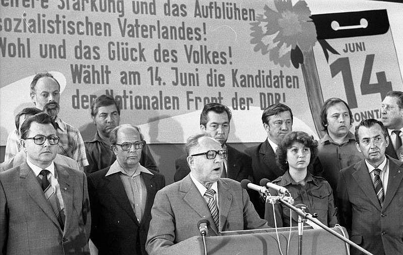 Originalbeschriftung: ADN-ZB/Lehmann 26.1.82 Bezirk Halle: Erich Mielke, Mitglied des Politbüros des ZK der SED und Minister für Staatssicherheit, während eines Wählerforums des Wahlkreises 36 (Zeitz, Hohenmölsen, Naumburg), dessen Spitzenkandidat er ist, am 4.6.81 in Zeitz.