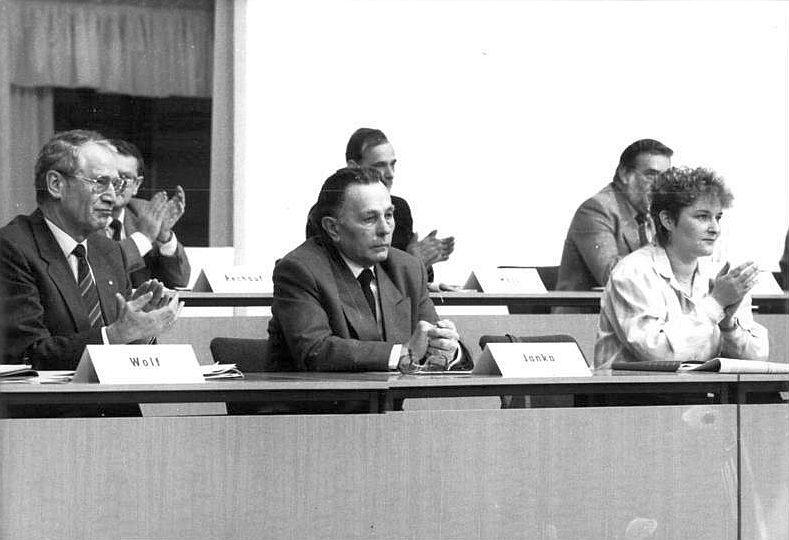 Originalbeschriftung: ADN-ZB Senft 16.12.89 Berlin: SED-Parteitag Der außerordentliche Parteitag der SED hat in der Dynamohalle seine am vergangenen Wochenende unterbrochene Beratung fortgesetzt. Im Präsidium nahm auch Walter Janka (Mitte) Platz.