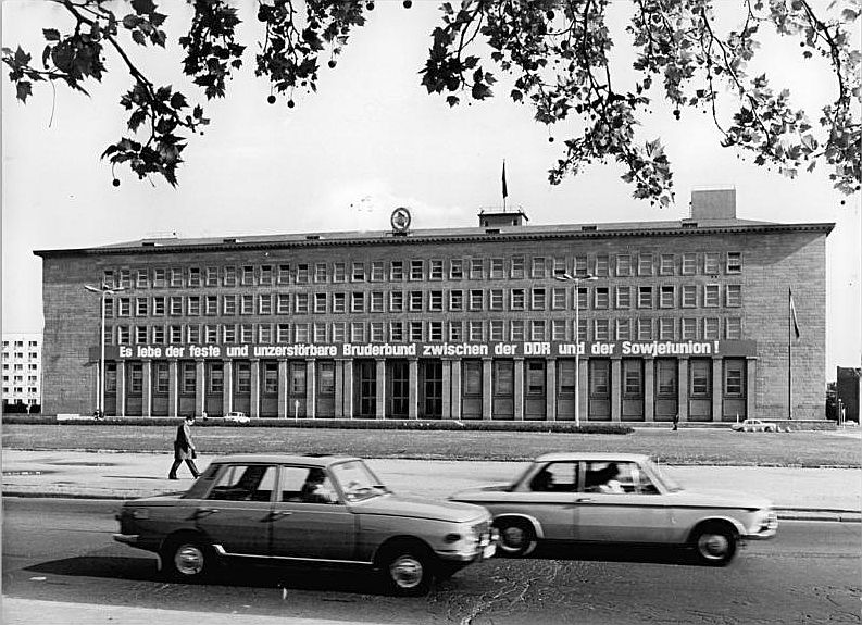 Sitz der SED-Zentrale in Berlin 1974. Originalbeschriftung: ADN-ZB Schneider Gow.-Schä 15.7.1974 Berlin: Haus des Zentralkomitees der Sozialistischen Einheitspartei Deutschlands, Am Marx-Engels-Platz