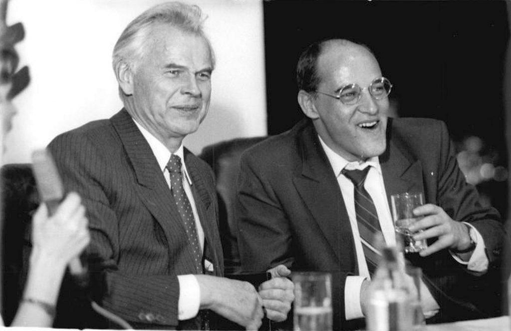 Original-Beschriftung: ADN-ZB Senft 18.3.1990 Le Berlin: Wahl 90 - Ministerpräsident Dr. Hans Modrow (l.) und PDS-Vorsitzender Gregor Gysi während der PDS-Wahlparty im Haus der Partei.