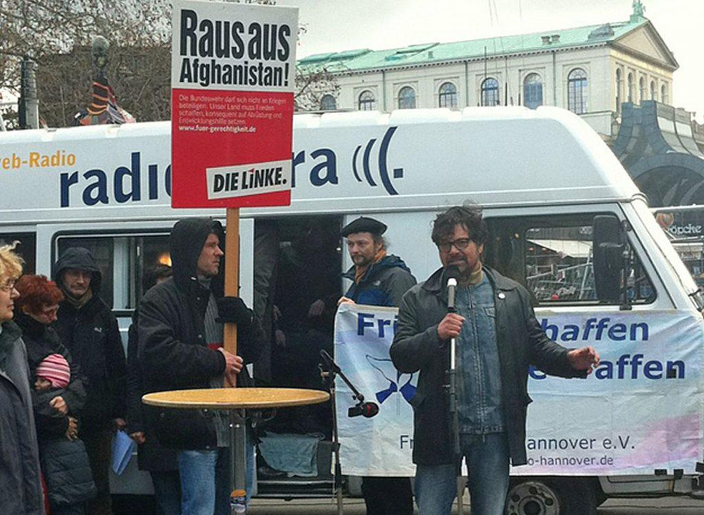 Der Bundestagsabgeordnete der Linken, Diether Dehm, spricht am 10. April 2012 bei einem Friedensaktion in Hannover.