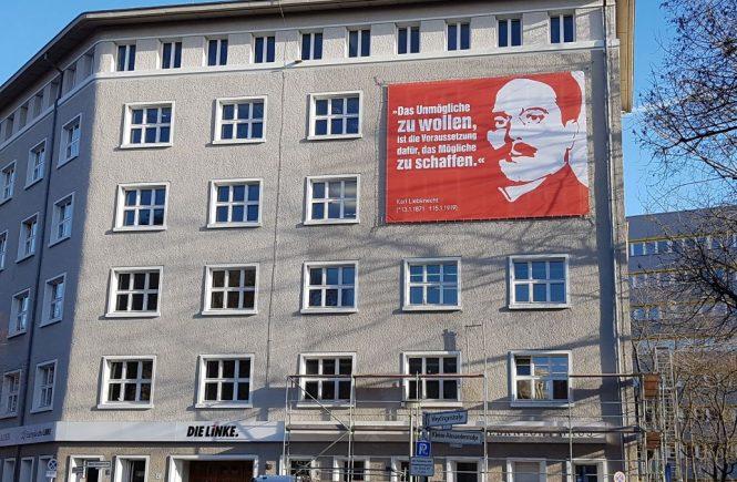 Die ehemalige Parteizentrale der KPD und Bundesgeschäftsstelle der Linken in Berlin. An der Fassade ein Zitat des KPD-Gründers Karl Liebknecht.