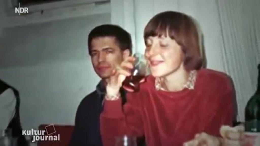Angela Merkel als Physikstudentin in Leipzig Mitte der 1970-er Jahre. Eigenen Angaben zufolge verkaufte sie damals selbstgemachten Kirschlikör an Kommilitonen.