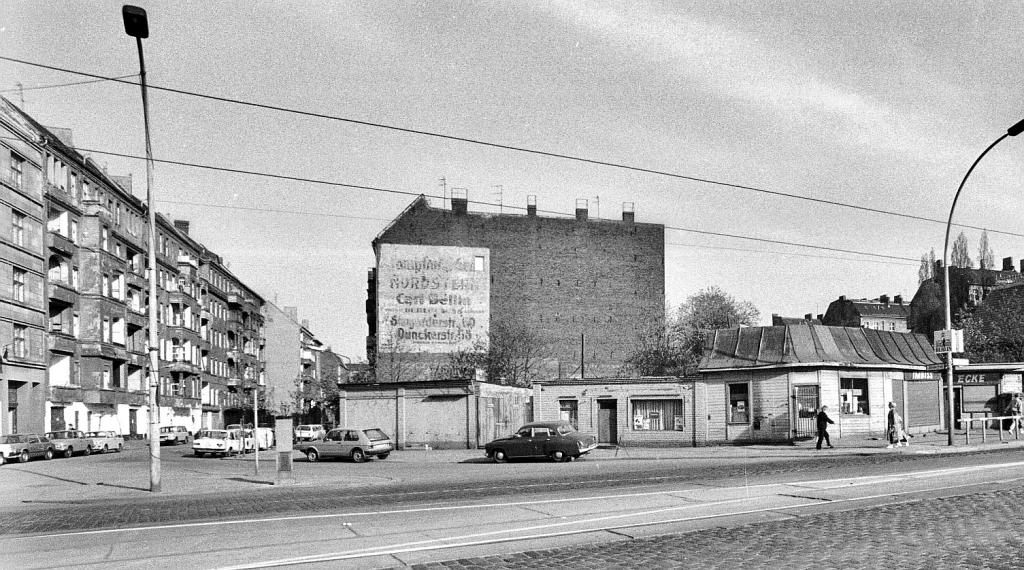 Ansicht des Berliner S-Bahnhof Prenzlauer Allee 1985 in der DDR: 40 Jahre nach dem Zweiten Weltkrieg sind die zerbombten Grundstücke nur provisorisch bebaut worden.