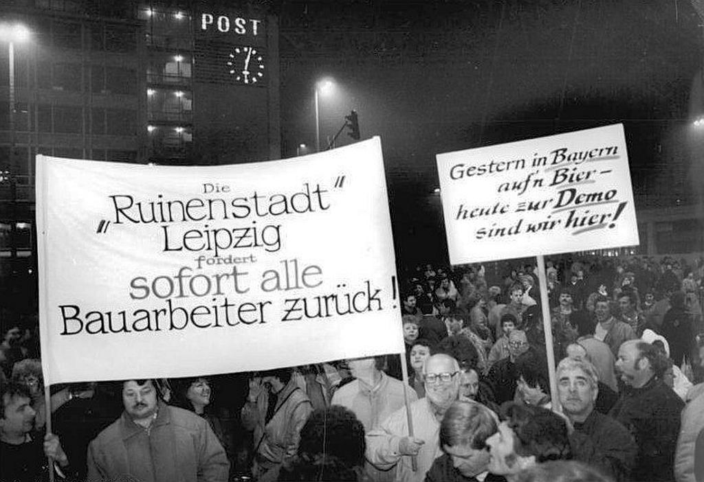 Ruinenstadt Leipzig fordert sofort alle Bauarbeiter zurück - Protest gegen den Verfall der Innenstädte in der DDR im November 1989
