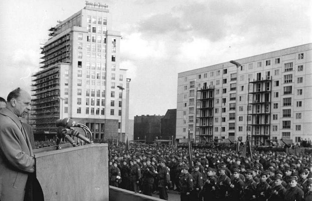 SED-Chef Walter Ulbricht bei einer Ansprache vor Kampfgruppen der Arbeiterklasse kurz nach dem Mauerbau in Berlin 1961