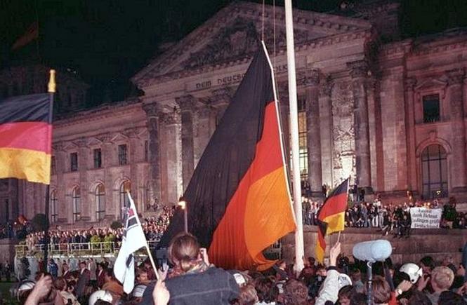 Am 3. Oktober 1990, dem Tag der Wiedervereinigung Deutschlands, versammelten sich Hunderttausende vor dem Berliner Reichstag, vor dem um Mitternacht die schwarz-rot-goldene Bundesfahne gehisst wurde.