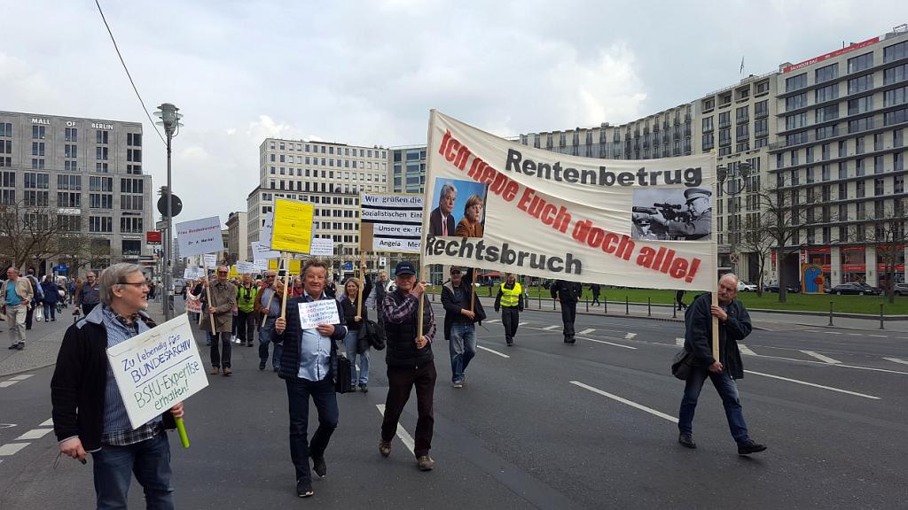 Am 13. April 2016 demonstrieren Opfer der SED-Diktatur gegen die Aberkennung ihrer Rentenansprüche nach dem Fremdrentengesetz.
