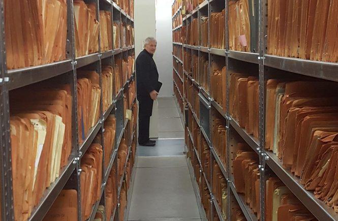 Stasi-Unterlagen-Beauftragter Roland Jahn mit IM-Akten des DDR-Staatssicherheitsdienstes. 1989 führte die DDR-Geheimpolizei 189.000 Inoffizielle Mitarbeiter (IM)