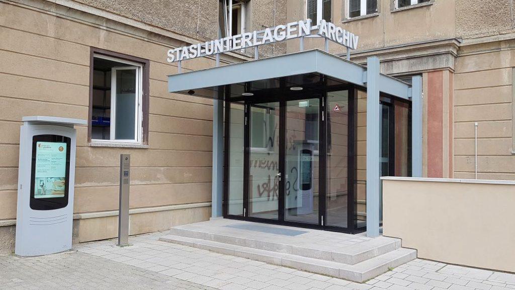 Eingang zum Stasi-Unterlagen-Archiv in Berlin. Es verwahrt insgesamt 111 Regalkilometer mit Unterlagen des DDR-Staatssicherheitsdienstes
