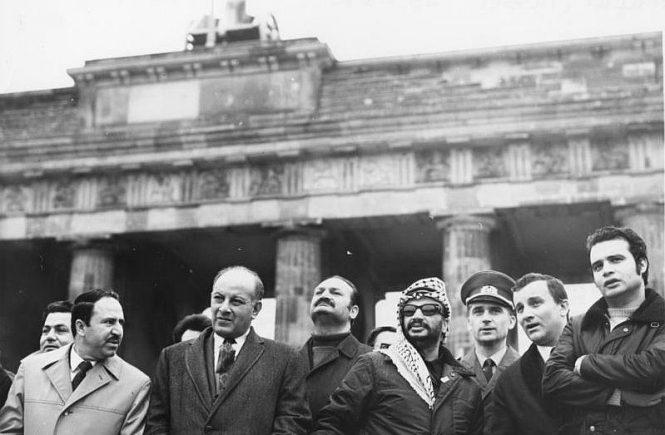 Jassir Arafat besucht im November 1971 das Brandenburger Tor in Ost-Berlin. Es steht im Grenzgebiet der DDR, das DDR-Bürger nicht betreten dürfen.