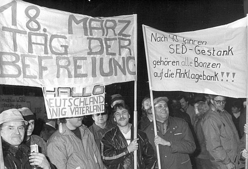 Montagsdemonstration in Leipzig: Nach Friedensgebeten in mehreren Kirchen versammelten sich am 29. Januar 1990 erneut rund 100.000 Menschen auf dem Karl-Marx-Platz (heute: Augustusplatz).