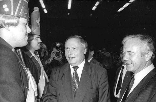 Die SPD-Politiker Manfred Stolpe und Oskar Lafontaine bei einer Wahlkampfveranstaltung im Landtagswahlkampf 1990 in Brandenburg