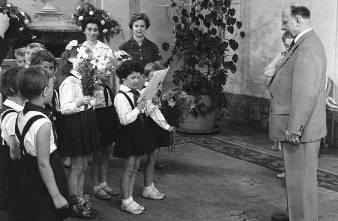 Junge Pioniere gratulieren Walter Ulbricht 1961 am 30. Juni 1961 im Amtssitz des DDR-Staatsrates in Berlin-Niederschönhausen zum 60. Geburtstag.