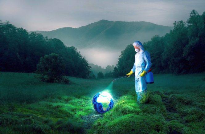 Das surreal anmutende Foto zeigt einen Mann in Schutzkleidung, der den Erdball mit einer Giftpumpe desinfiziert.