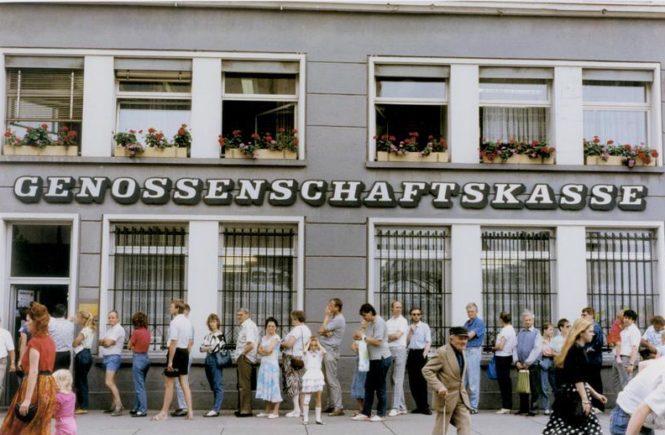 DDR-Bürger warten in Gera vor einer Bank am Tag der Währungsumstellung